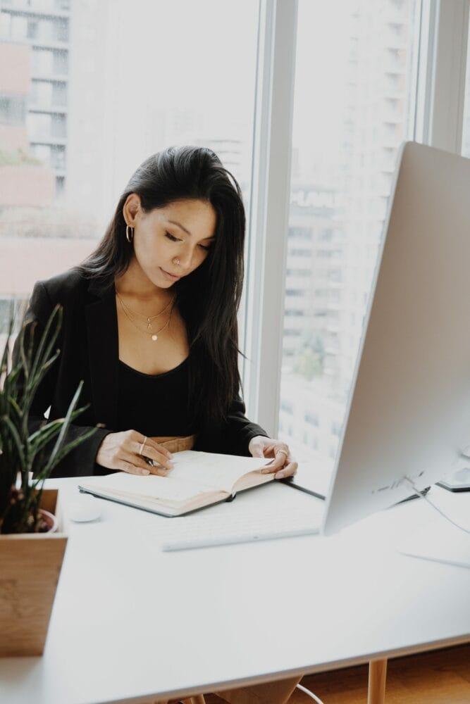 Une jeune femme qui travaille en tant que RH à temps partagé