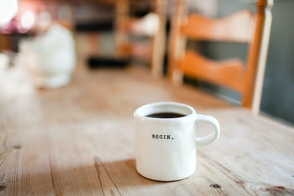 Une tasse de café avec le mot